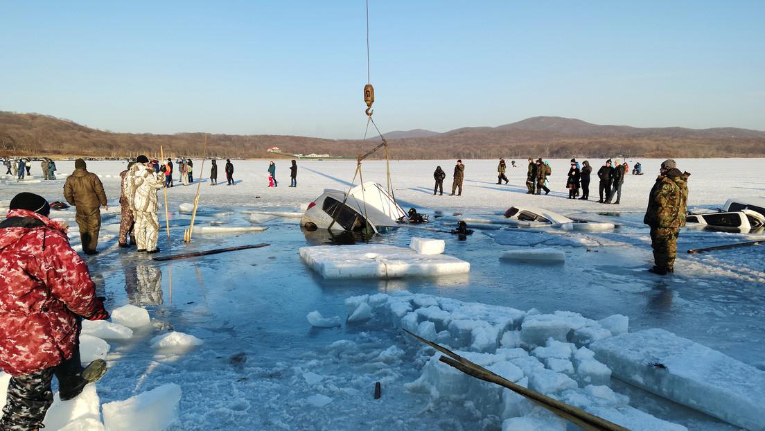 VIDEO, FOTOS: Decenas de coches se hunden en el hielo en el Lejano Oriente ruso
