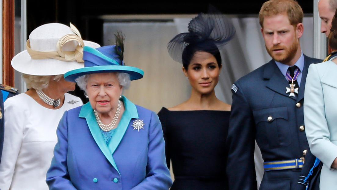 """La reina Isabel II pide a la familia real """"una solucion viable"""" frente la decisión del príncipe Enrique de alejarse de la realeza"""