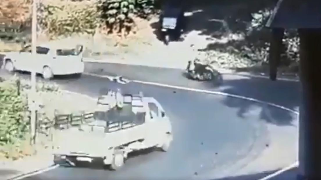 VIDEO: Un niño cae del auto en el que viajaba al abrirse la puerta trasera en una curva