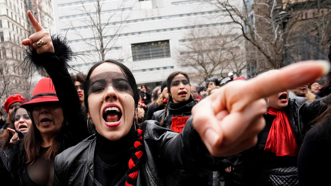 """Feministas cantan """"un violador en tu camino"""" durante el juicio por abusos sexuales contra Harvey Weinsten"""
