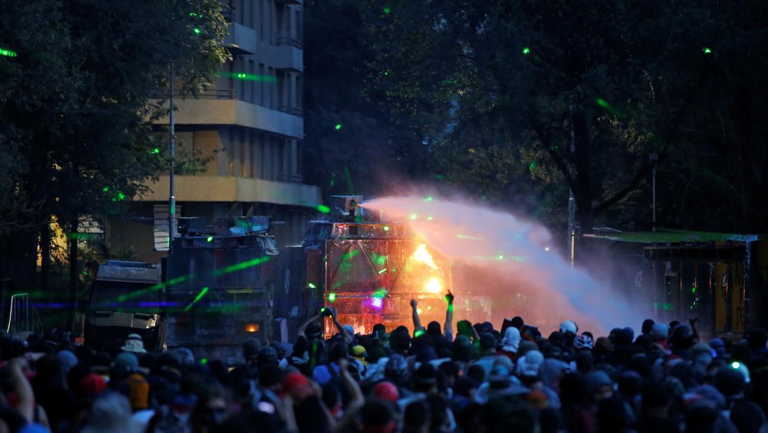 Estudiantes chilenos denuncian el uso de agentes químicos en los carros lanzaagua de la Policía