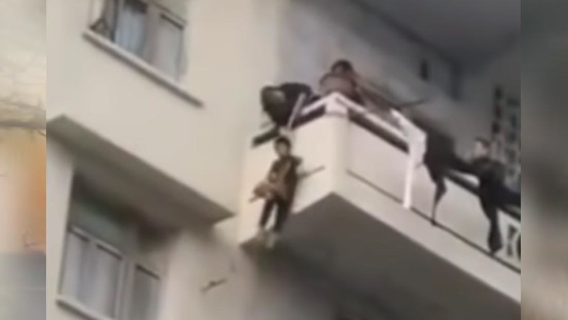 Rescate de alto riesgo: Descuelgan a su nieto por el balcón de un quinto piso para salvar a su gato (VIDEO)
