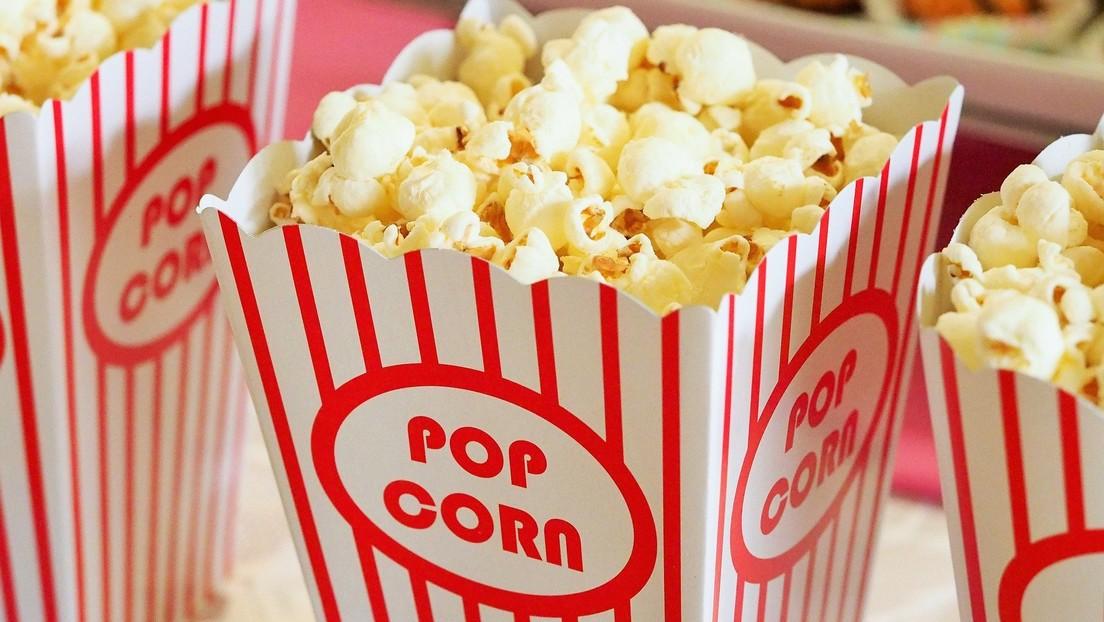 Una palomita de maíz se le atasca en los dientes y lo terminan operando del corazón