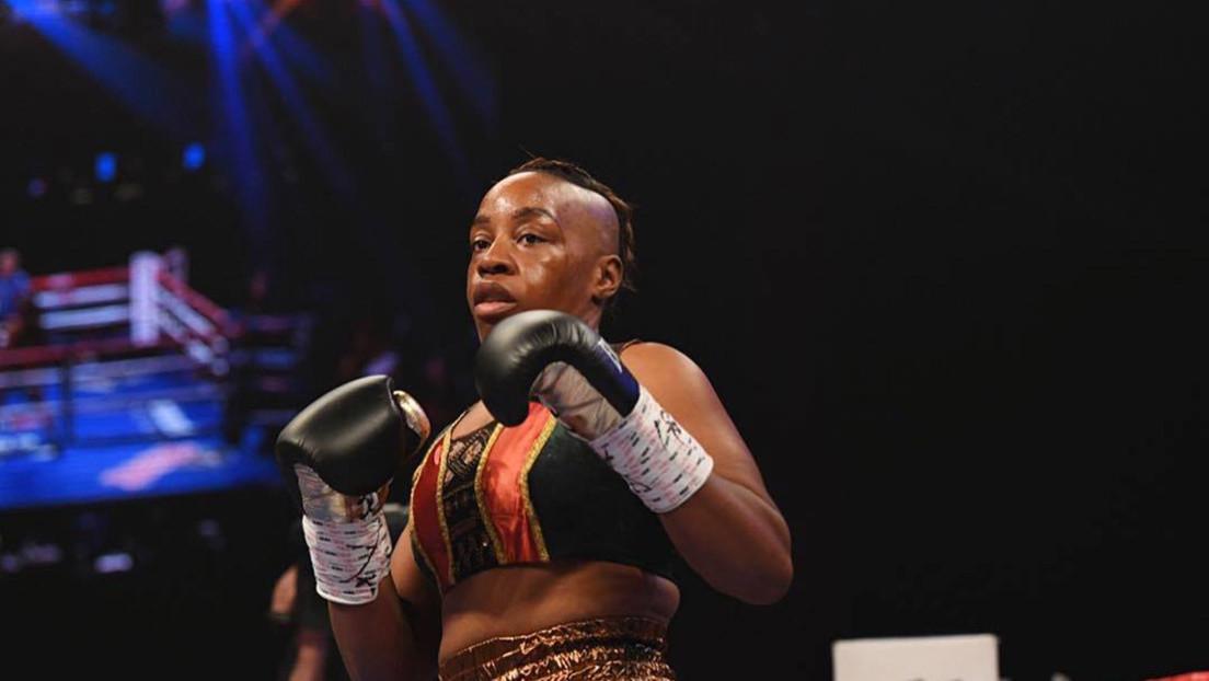 VIDEO: Una boxeadora pierde en una sola pelea sus dos títulos mundiales y su peluca