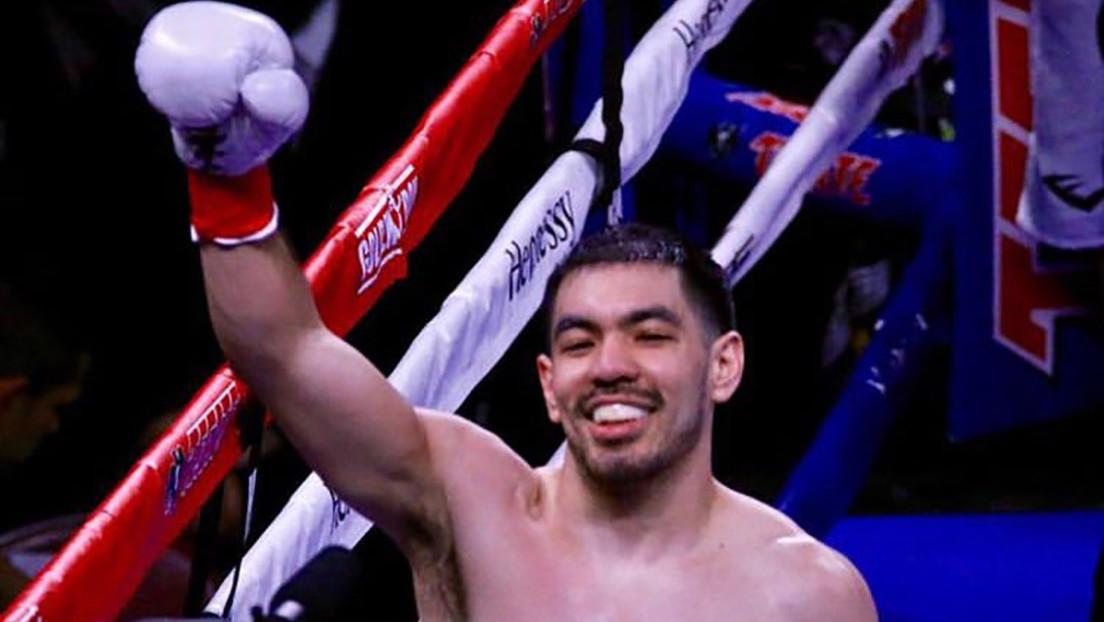 Un boxeador se desploma en el cuadrilátero luego de vencer a su rival por nocaut en el primer asalto (VIDEO)