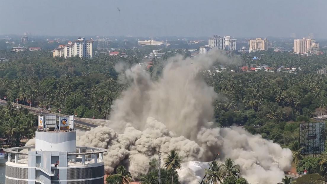VIDEO: Reducen a escombros en cuestión de segundos dos complejos de apartamentos en la India