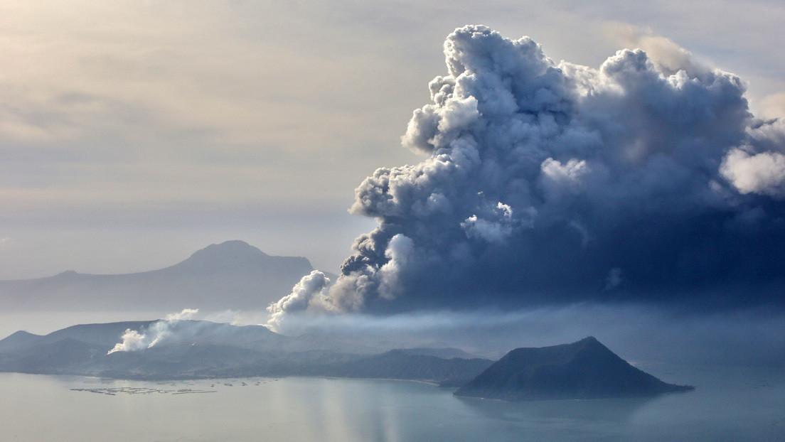 """El volcán Taal expulsa lava y Filipinas se prepara para una """"peligrosa"""" erupción y """"un tsunami volcánico"""""""