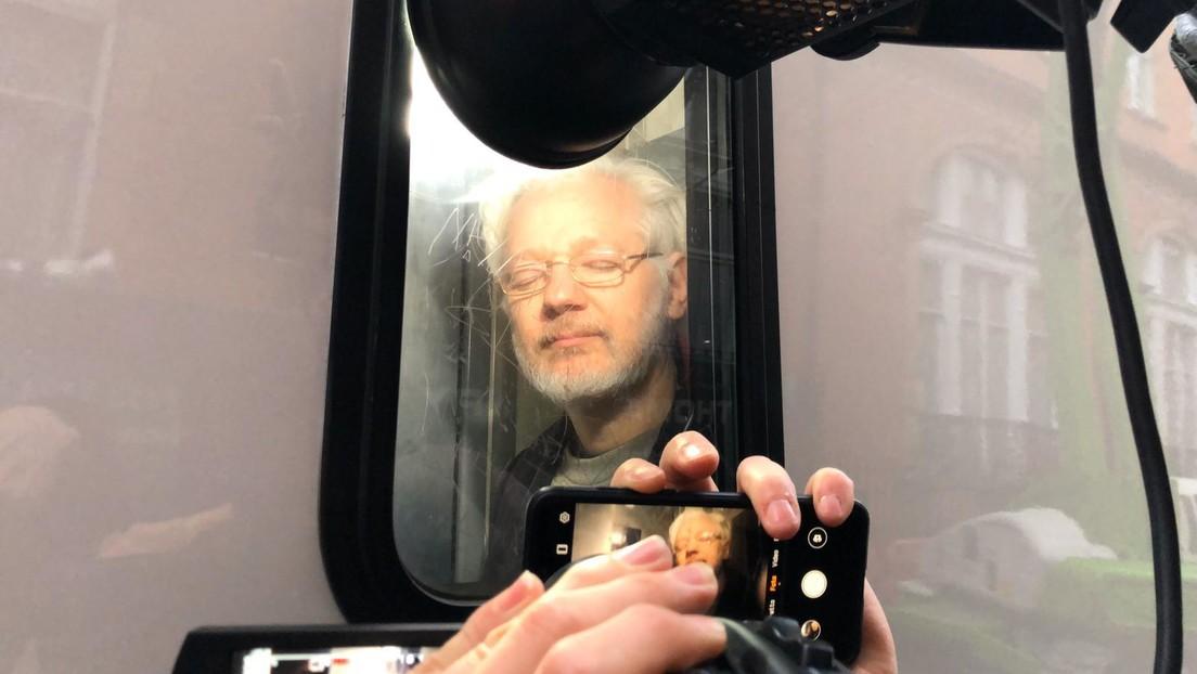 Graban a Assange en un furgón a su salida de un tribunal en Londres tras una audiencia sobre su extradicción a EE.UU. (VIDEO)