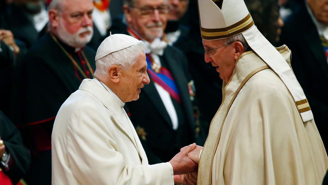 Benedicto XVI defiende el celibato sacerdotal en la Iglesia católica, oponiéndose a la postura del papa Francisco