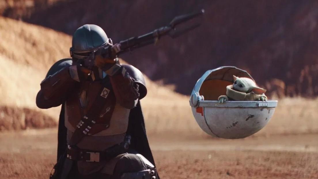 VIDEO: Actor tiene que golpear al muñeco Baby Yoda de 5 millones de dólares durante el rodaje, pero exagera