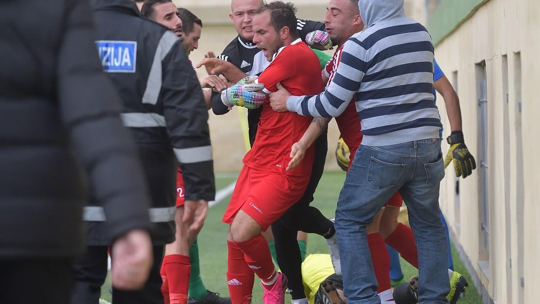 VIDEO: Un futbolista ataca al árbitro asistente tras ser expulsado del partido y es detenido por la Policía