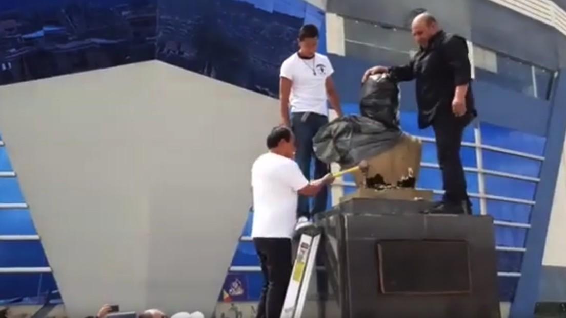 VIDEO: El ministro de Deportes de Bolivia destruye a martillazos un busto de Evo Morales