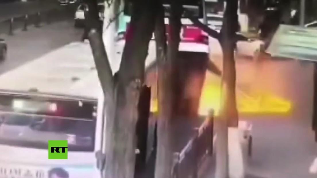 VIDEO: Gigantesco socavón 'se traga' un autobús y deja varios muertos en China