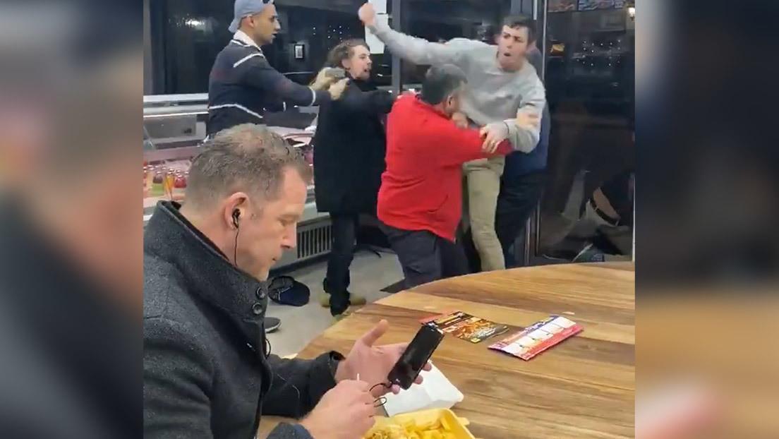 El meme del momento: Hombre come tranquilamente mientras pelean a su lado
