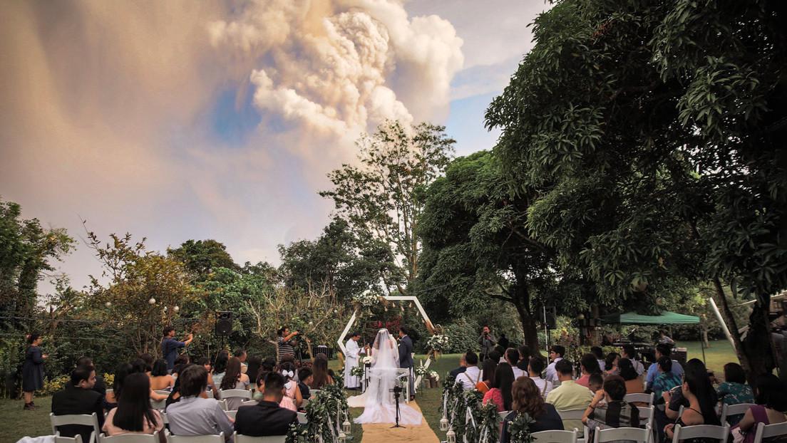 "FOTOS: Un volcán en ""inminente"" erupción está a pocos kilómetros pero ellos siguen celebrando su boda como si nada"