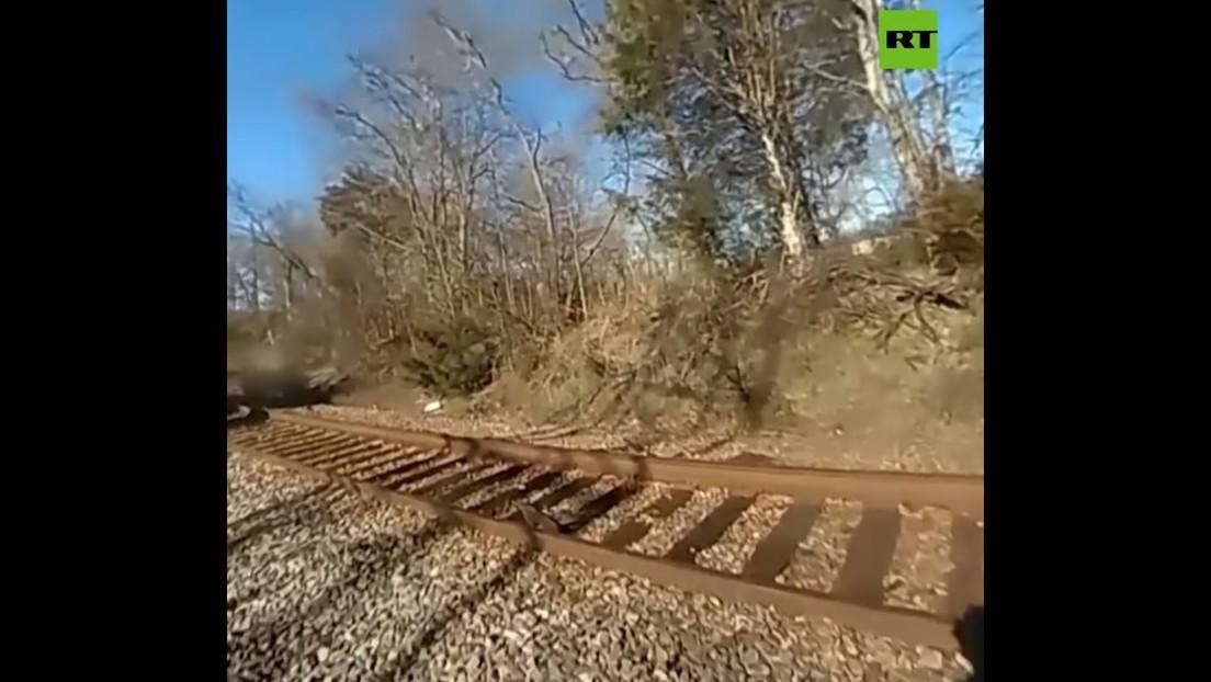 VIDEO: Un policía graba con su cámara corporal cómo lo atropella un tren y sobrevive