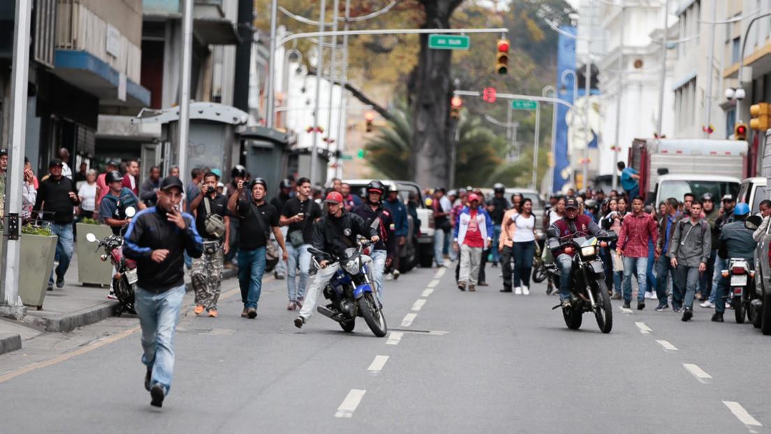 """Diputados opositores en Venezuela denuncian un """"ataque"""" a la camioneta en que se trasladaban en Caracas"""