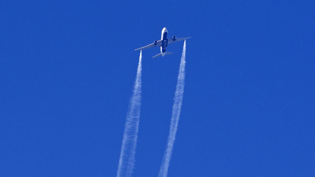 Los pilotos del vuelo de Los Ángeles aseguraron que no arrojarían combustible pero minutos después lo vertieron sobre varias escuelas