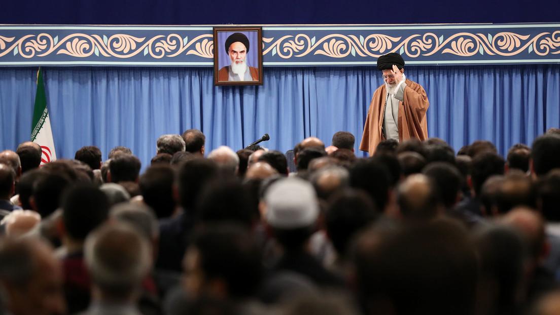 """Jameneí da su primer sermón en ocho años y asegura que los ataques de Irán contra objetivos de EE.UU. muestran """"la mano de Dios"""""""