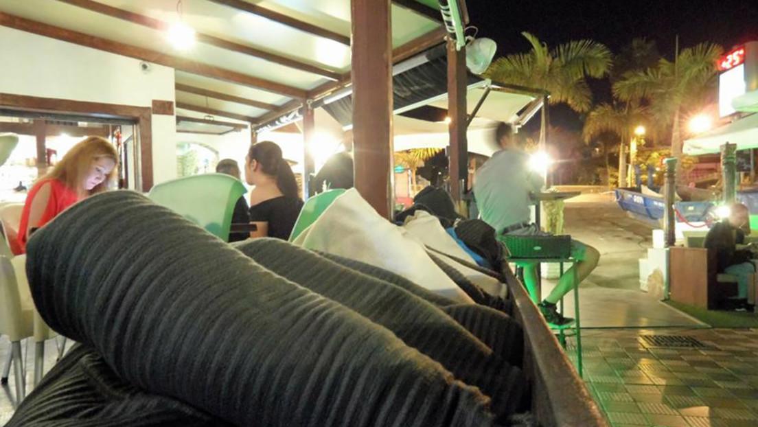 Le ofrecen una manta en una terraza de Tenerife y le cobran 6 euros por aceptarla
