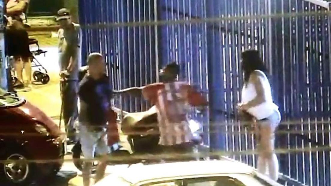 Un joven peruano arriesga su vida para salvar a una mujer de ser quemada en plena calle por su pareja (VIDEO)