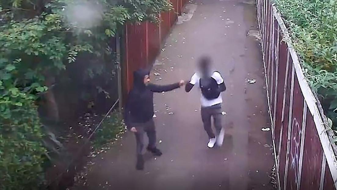 VIDEO: Dos adolescentes chocan los puños tras apuñalar a un joven en el corazón