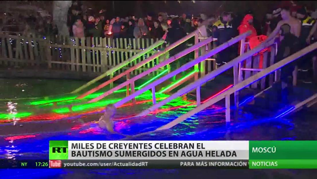 Miles de creyentes celebran el Bautismo sumergidos en agua helada