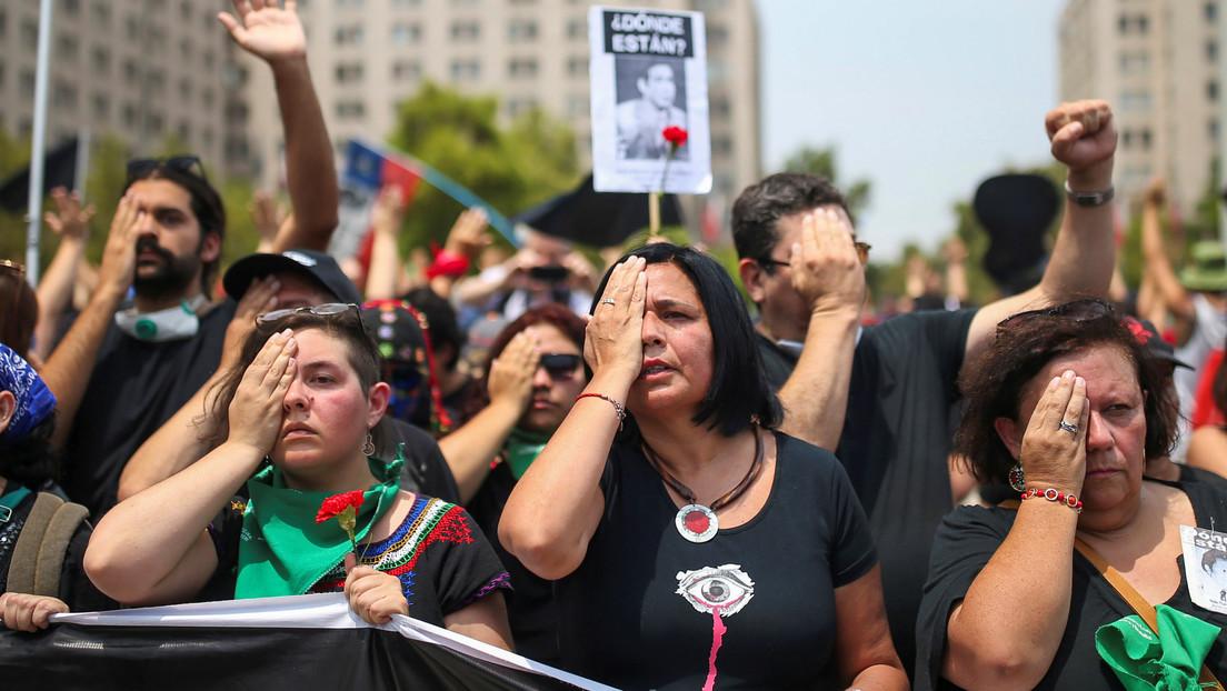 FOTOS: Los chilenos 'pintan de negro' las calles para marcar los tres meses de protestas antigubernamentales