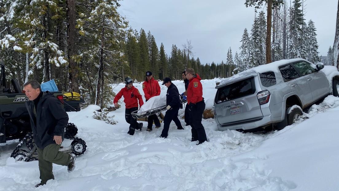 FOTOS: Rescatan a una anciana que sobrevivió seis días en un coche cubierto de nieve