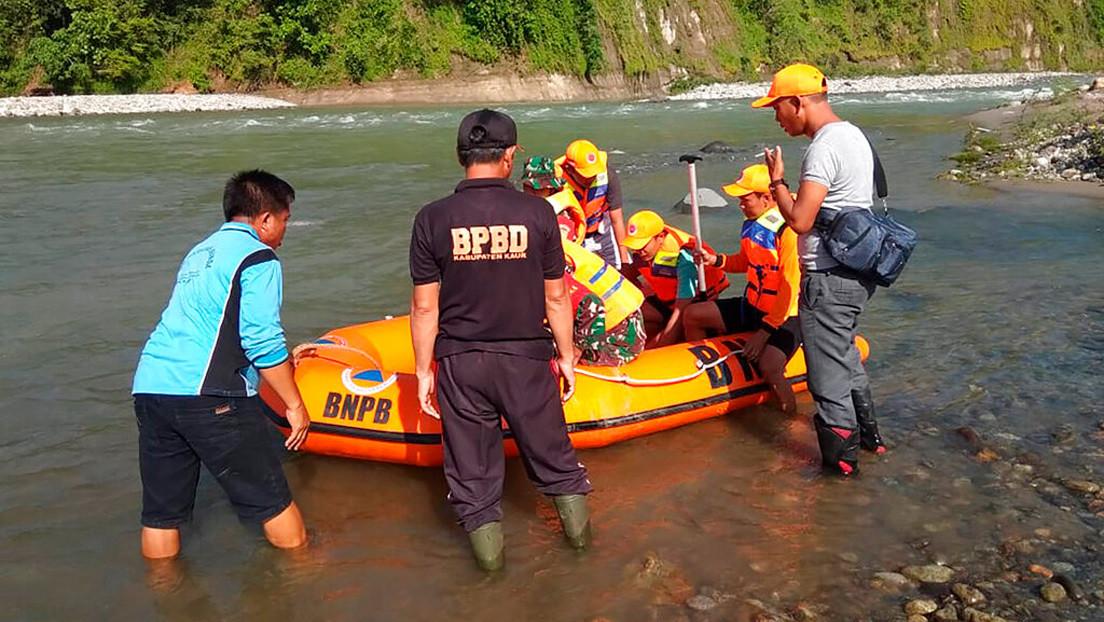 Al menos nueve muertos tras caer un puente peatonal sobre un río en Indonesia (FOTO)