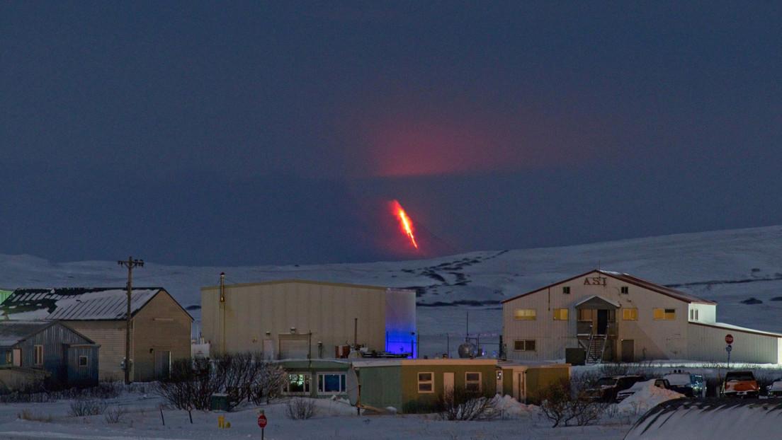 FOTOS: Uno de los volcanes más activos de Alaska entra en erupción y expulsa una gigantesca columna de ceniza
