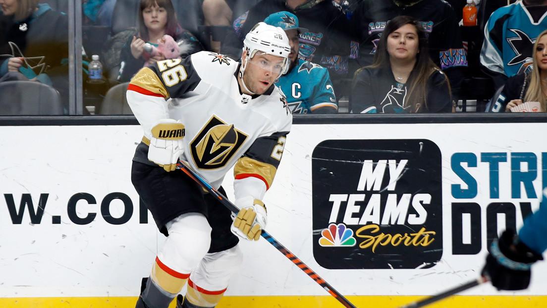 VIDEO: Jugador de hockey sobre hielo recoge sus dientes del piso tras recibir el impacto de un disco en la boca