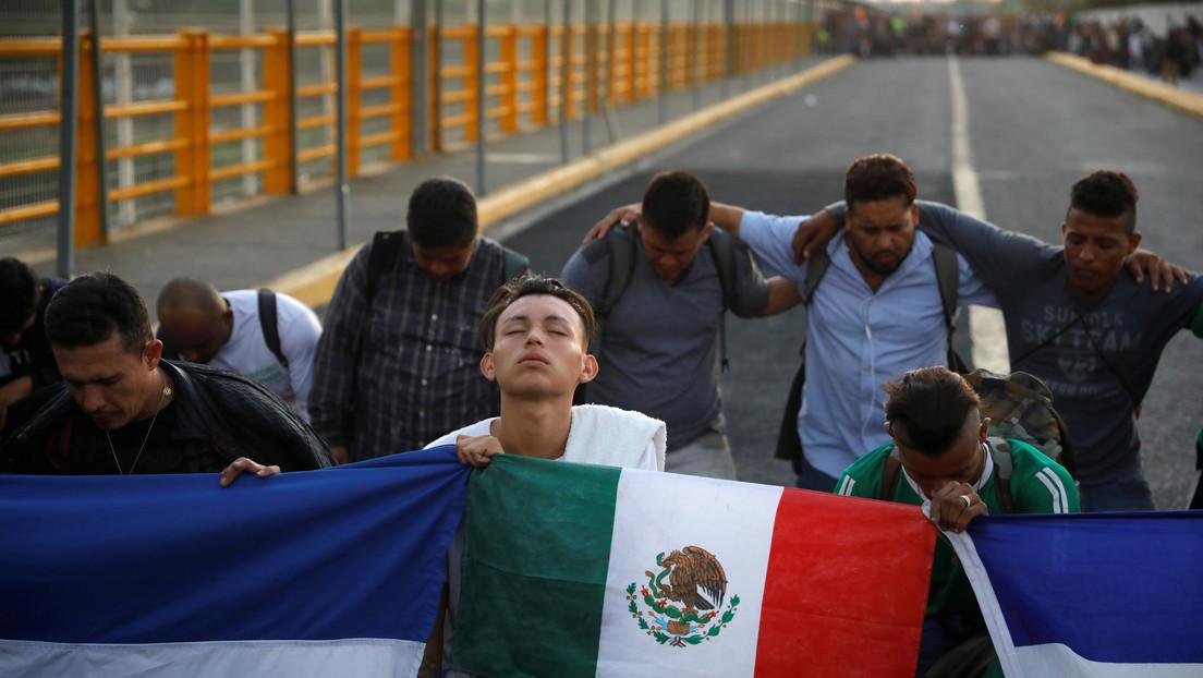 VIDEO: Migrantes intentan cruzar el puente internacional que separa Guatemala y México