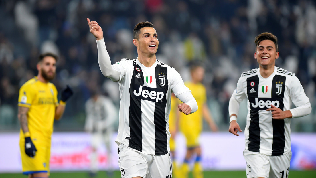VIDEO: Cristiano Ronaldo 'besa' a un compañero de equipo en pleno partido y Twitter estalla