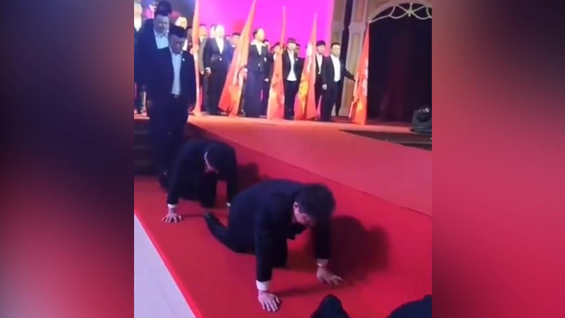 Una compañía de China obliga a gatear a los empleados que no alcanzan sus objetivos (VIDEO)