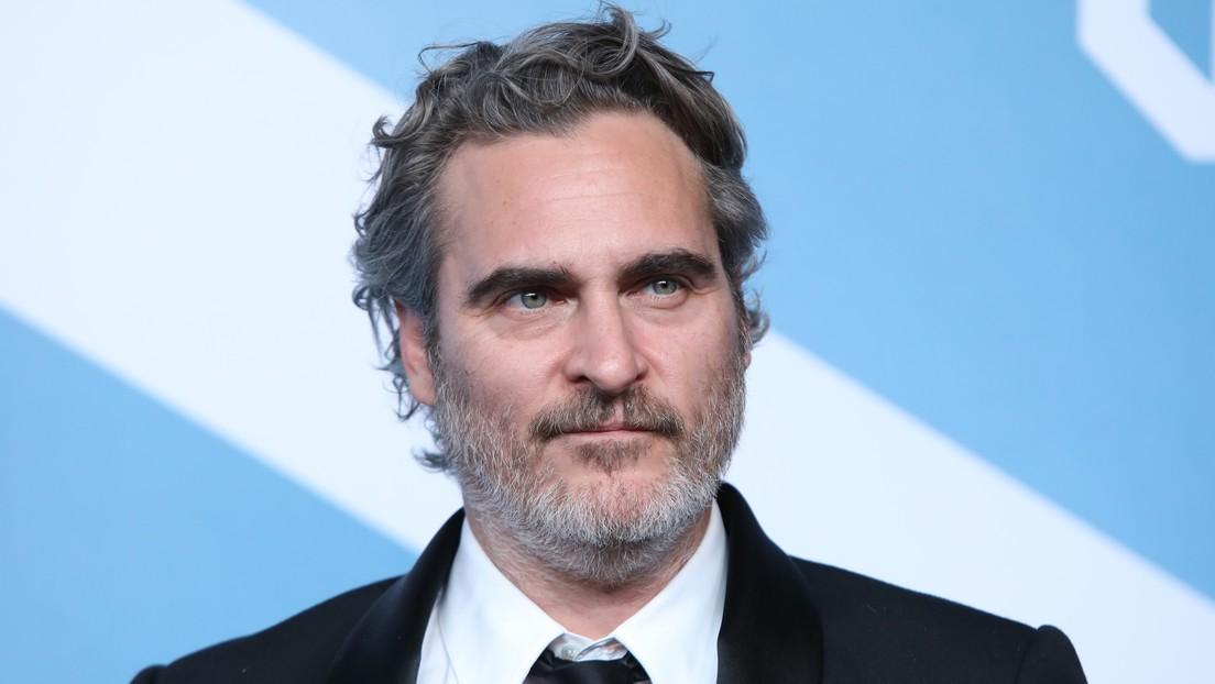 Joaquin Phoenix se fue a un matadero a dar agua a unos cerdos después de ganar el premio del Sindicato de Actores