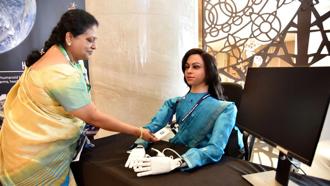 VIDEO: India presenta un robot femenino que viajará al espacio en una nave no tripulada