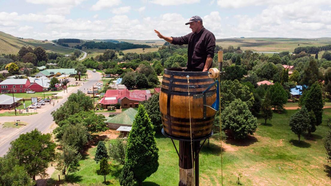 ¿Nuevo Simeón el Estilita?: un sudafricano lleva dos meses dentro de un barril sobre un alto pilar y no piensa bajar (FOTOS)