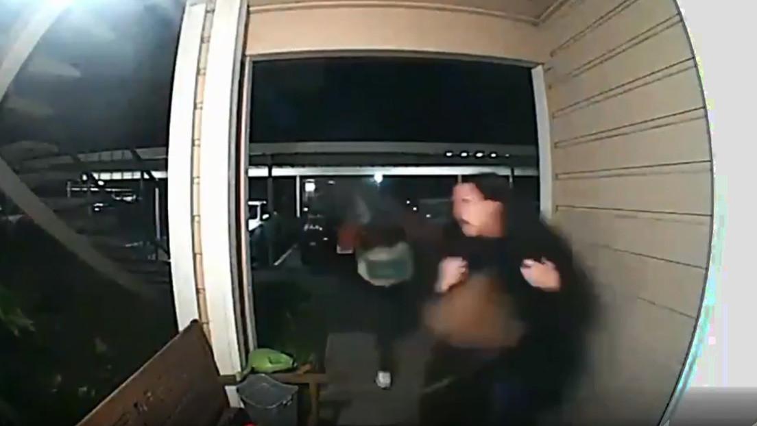 VIDEO: Una mujer sufre un violento robo a mano armada en la entrada de su propia casa en EE.UU.