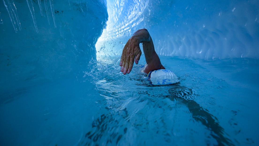 Se convierte en la primera persona en nadar bajo una capa de hielo antártico para alertar sobre el calentamiento global (FOTOS)