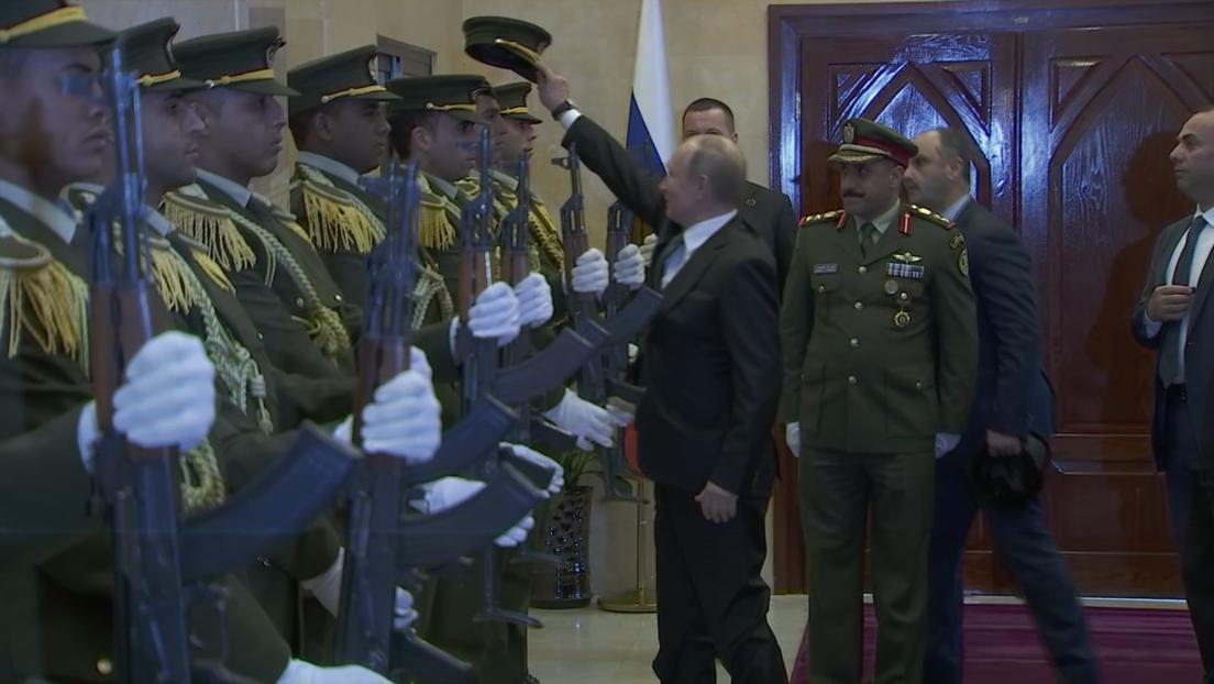 VIDEO: A un militar palestino se le cae la gorra al suelo y Putin sale al rescate