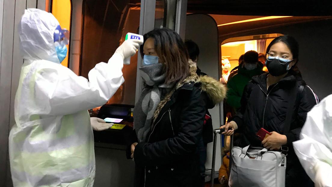 FOTOS: Abandonan a sus dos hijos en un aeropuerto de China al prohibírsele volar a uno de ellos por sospecha de coronavirus