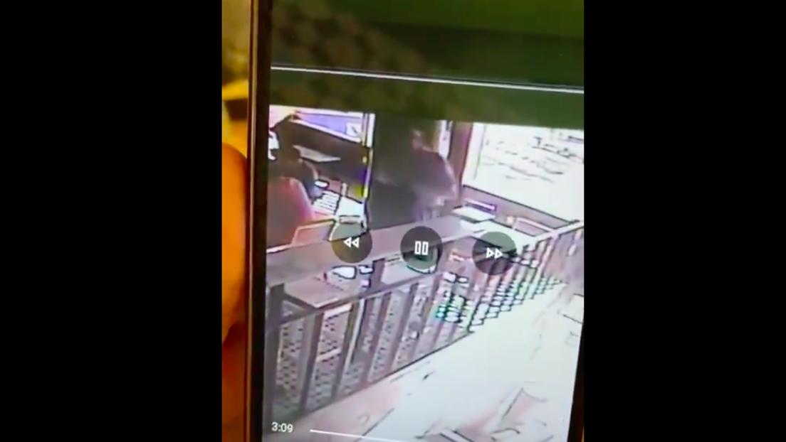 VIDEO: Un hombre roba las pertenencias de un diputado mexicano cerca del Senado y el parlamentario comparte el video del hurto