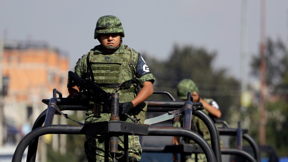 VIDEO: Una avioneta con droga aterriza en plena carretera mexicana y provoca un enfrentamiento entre narcotraficantes y militares