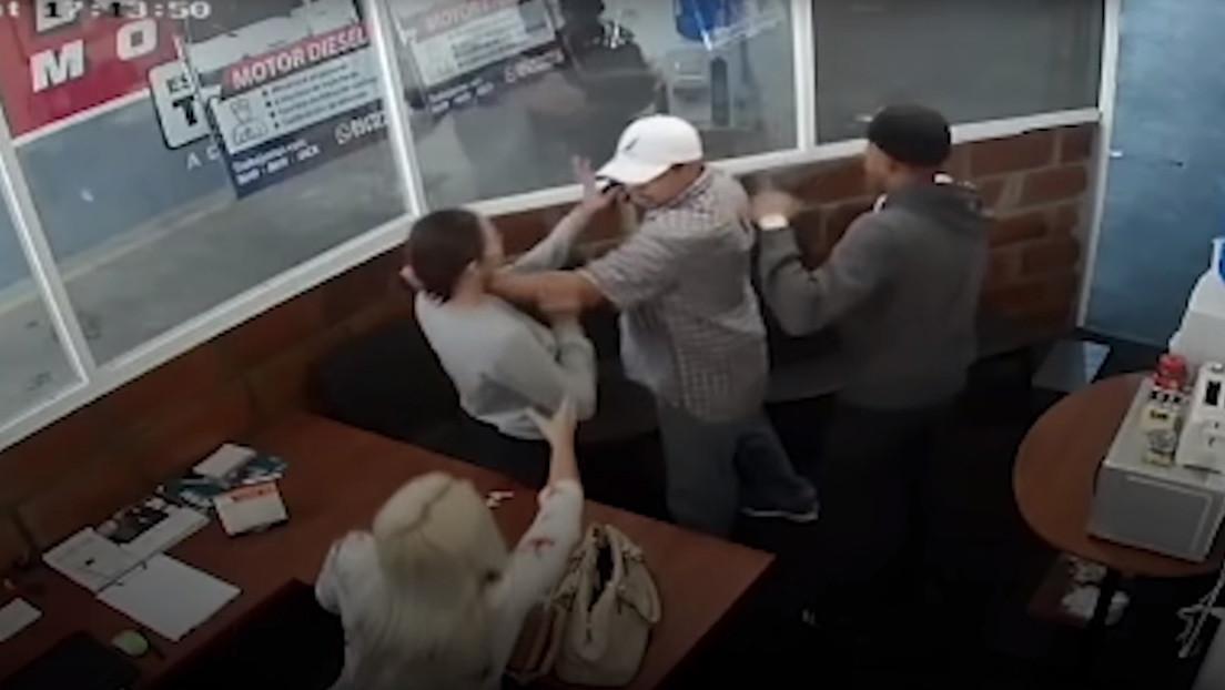 VIDEO: Dos mujeres se enfrentan a un delincuente armado durante un violento atraco en Ecuador