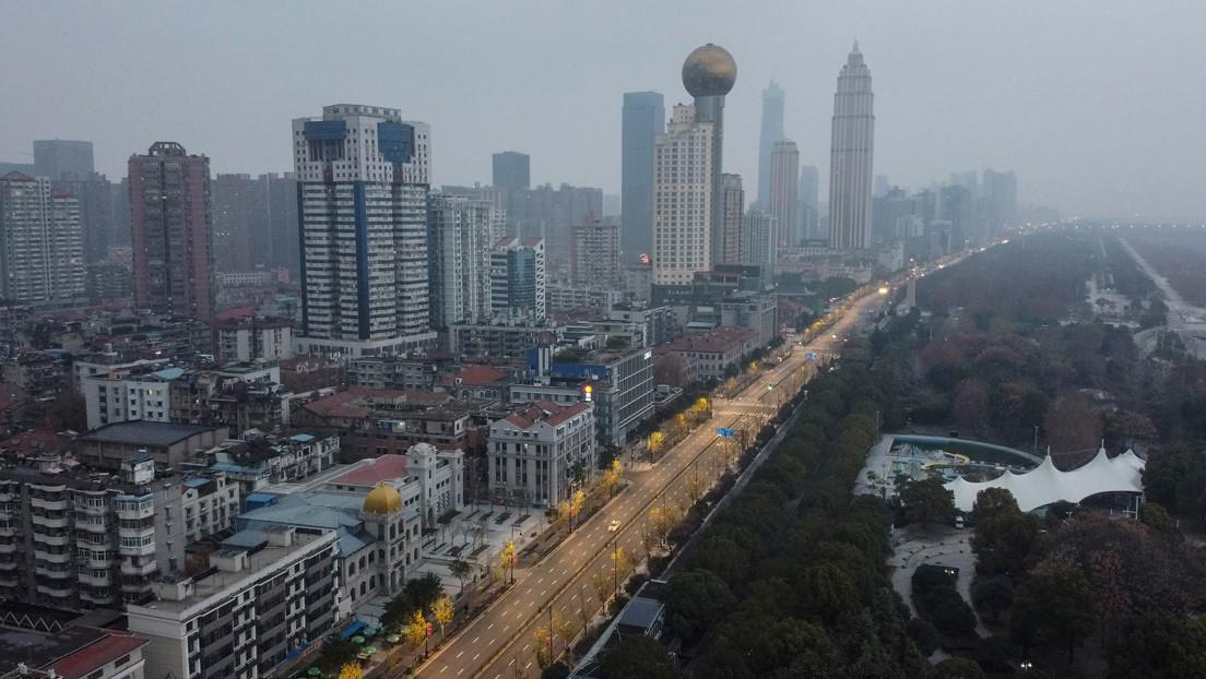 VIDEOS: Residentes de la ciudad cerrada de Wuhan cantan desde los balcones en medio de la cuarentena por el coronavirus chino