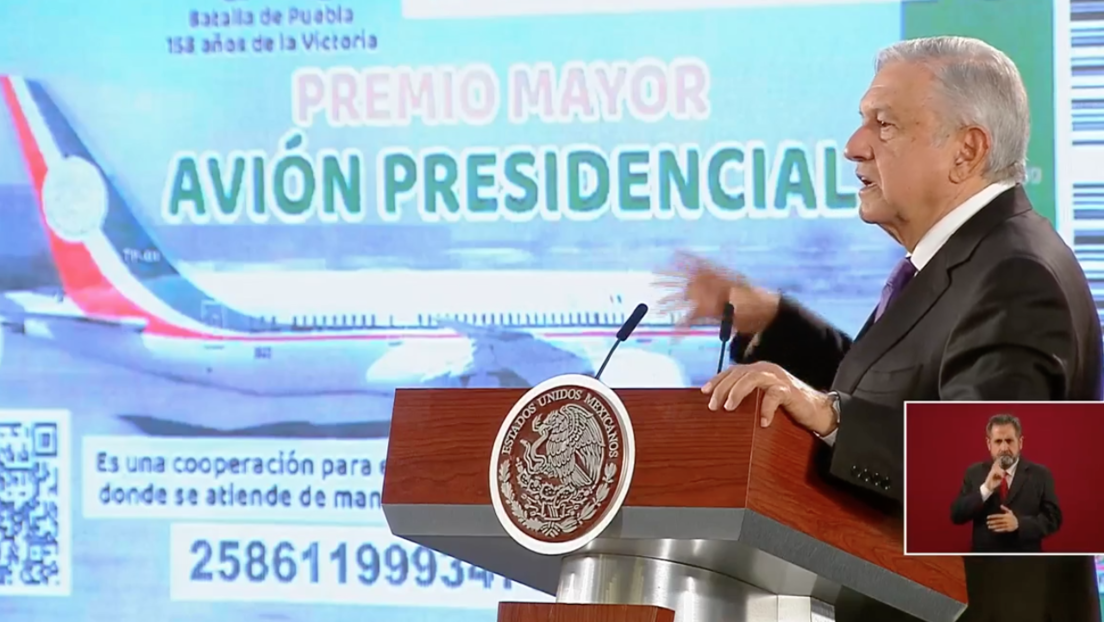 López Obrador presenta el boleto del sorteo para rifar el lujoso avión presidencial