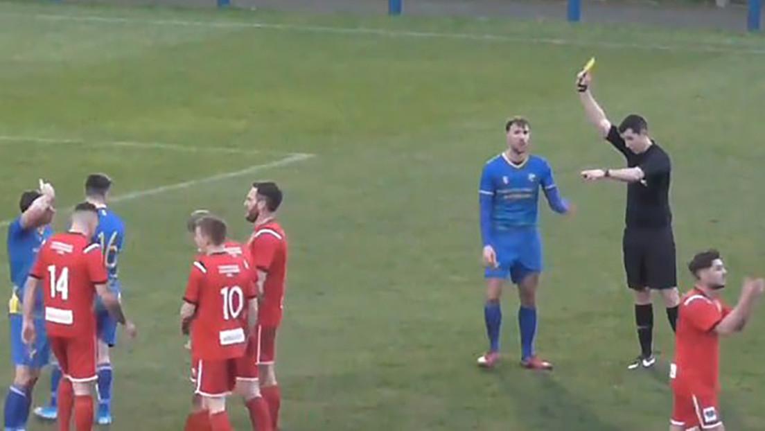 VIDEO: Un futbolista comete dos faltas muy duras en 12 segundos y el árbitro le amonesta con tres tarjetas seguidas