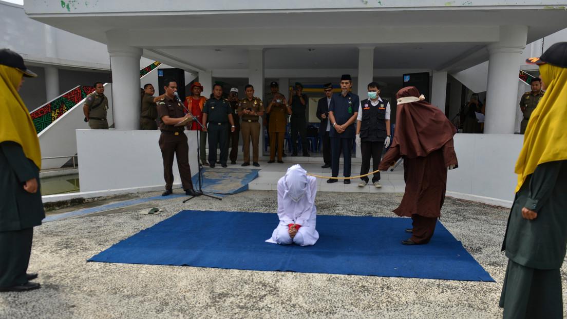 VIDEO: Crean una unidad de flagelación femenina para azotar en público a las mujeres que violen la Sharía en Indonesia