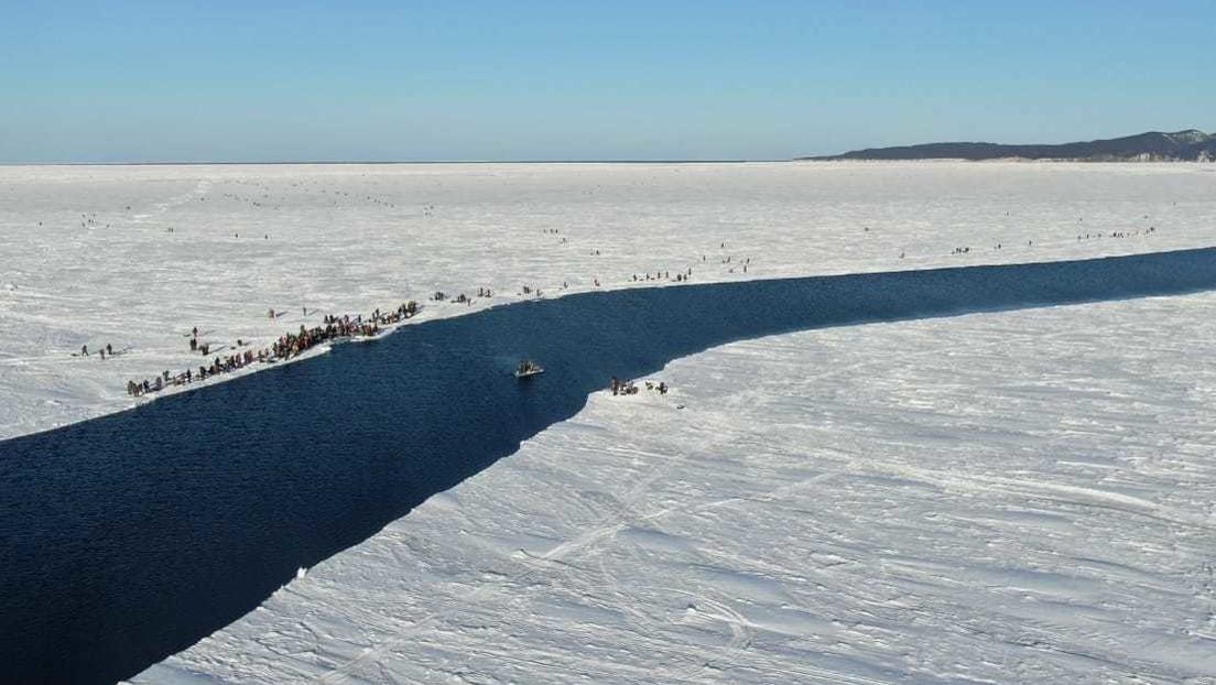 FOTOS, VIDEO: Cerca de 600 pescadores van a la deriva en un témpano de hielo flotante en Rusia